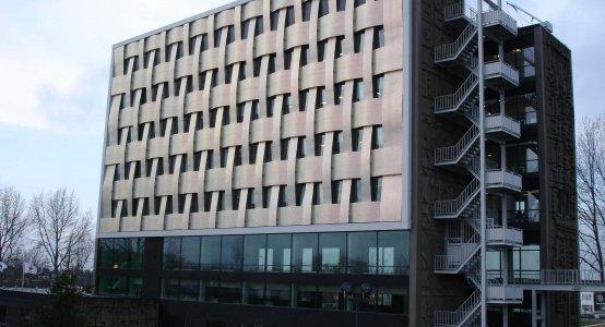 Holland-Composites-Raficlad-wandpaneel-Eemsmondgebouw-Delfzijl-vlechtwerk-buitenwand-composiet-design-vlechtwerk-wicker-wickerwork-facade-fassade-wallpanells-geflochtenen