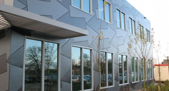 Holland-Composites-transparent-Raficlad-composiet-gevel-composite-composiet-kantoor-building-gevel-beplating-wandpaneel-Jan-Snel-Transport-Montfoort