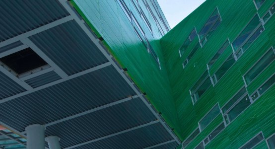 Holland-composites-composiet-gevel-wandpaneel-wandbekleding-school-universiteit-RUG-uitstekende-gevel-panelen-raficlad