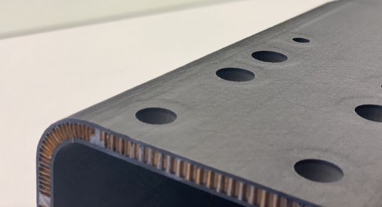 Delfthyperloop-carbon-chassis-CNC-milling-machine-Holland-Composites-endresult-detail