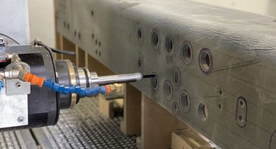 Delfthyperloop-carbon-chassis-CNC-milling-machine-Holland-Composites-milling
