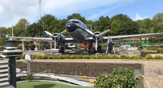 Flying-Dutchman-Madurodam-plaatsing-Dakota-DC3-carbon-propellerbladen-restauratie-door-Holland-Composites