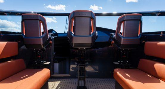Carbon-epoxy-sandwich-stoel-luxe-jachten-tenderboten-pilot-seats-ambience-CoverWorks-Wajer-Holland-Composites