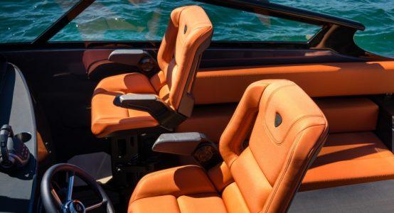 Carbon-epoxy-sandwich-stoel-luxe-jachten-tenderboten-pilot-seats-ambience3-CoverWorks-Wajer-Holland-Composites